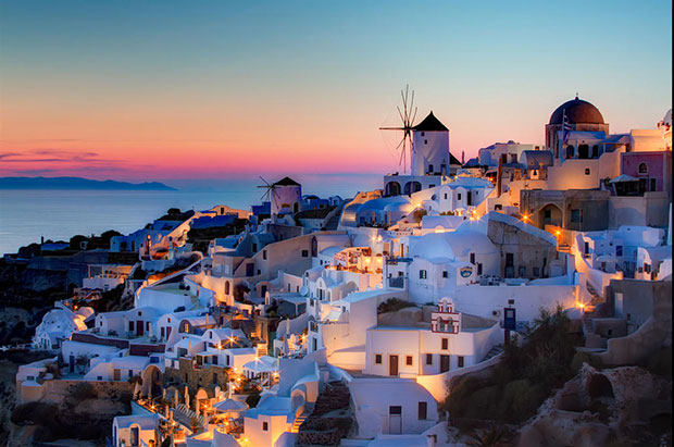 Santorini Oia: una veduta della città al tramonto
