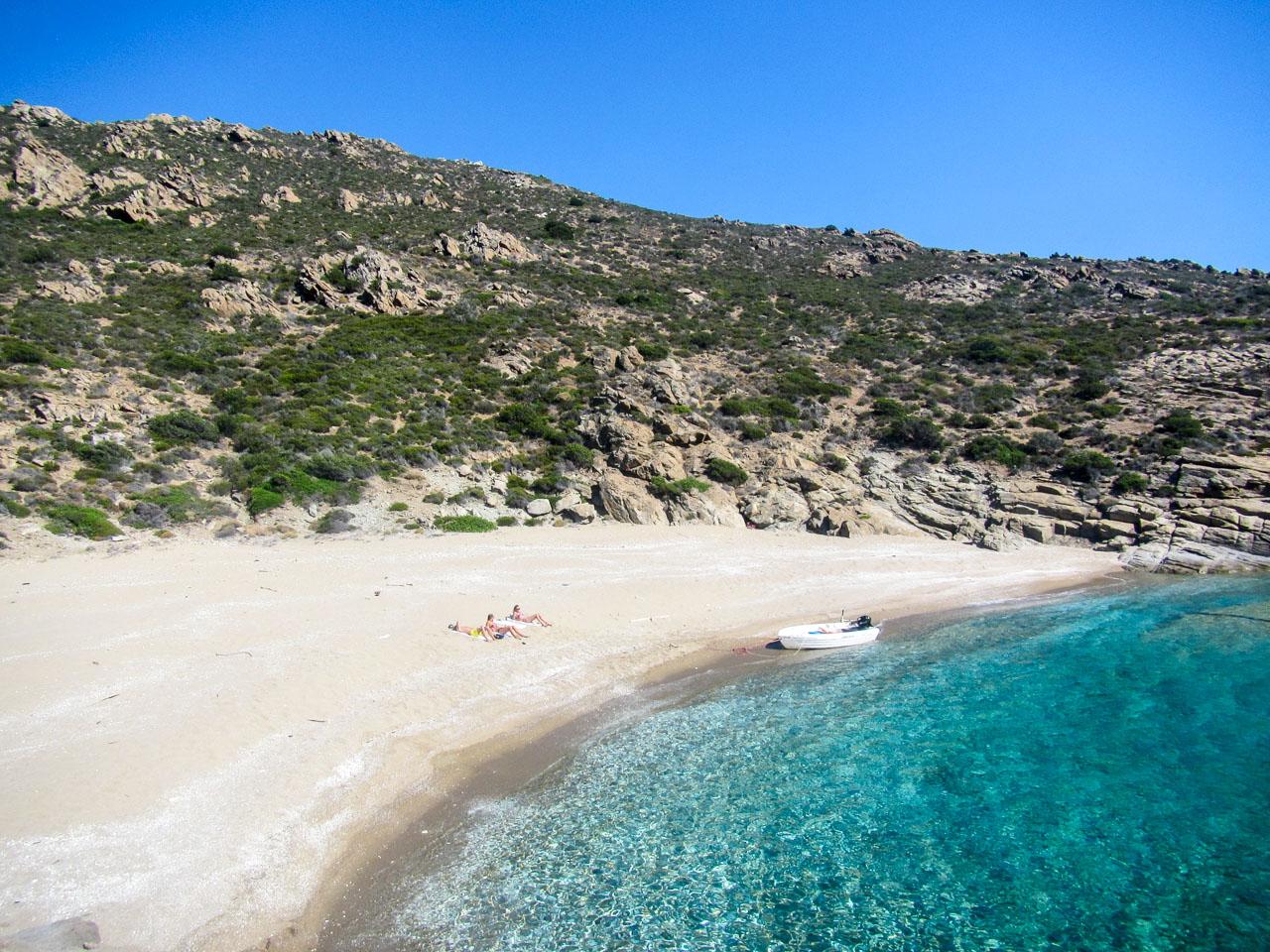 Una spiaggia dell'Isola di Ios da raggiungere in traghetto
