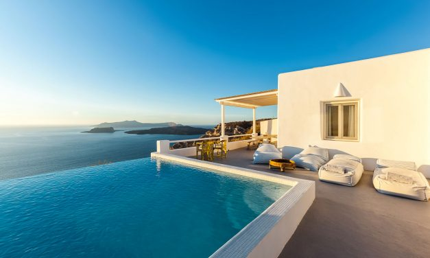 Infinity Pools In Santorini: what they are and why they drive crazy all tourists